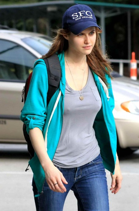 alexandra-daddario-amp-leven-rambin-at-the-vancouver-airport-th-april-hot-1765164208.jpg