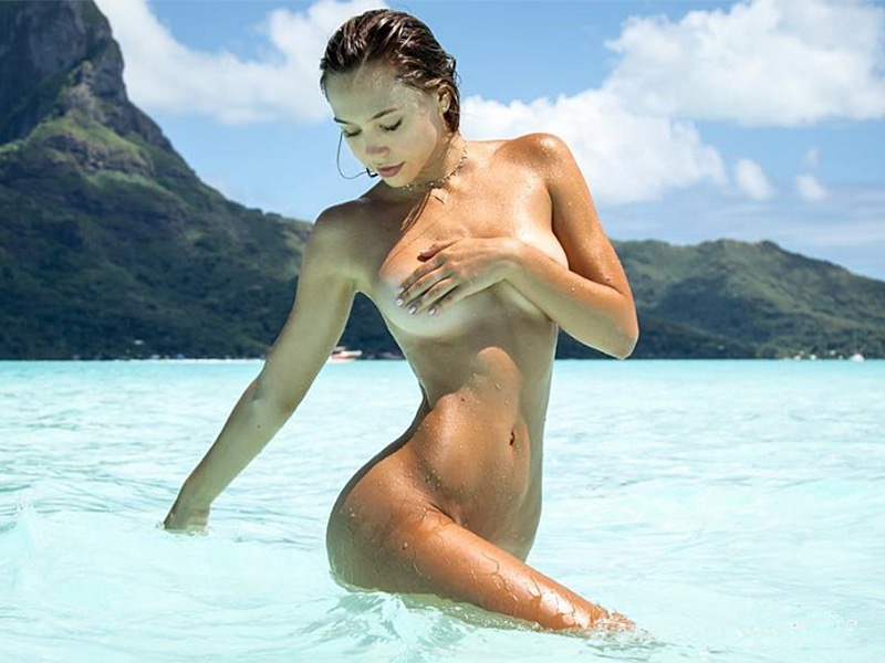 alexis_ren_super_hot_beach_peeks_05-9cf577d2.jpg