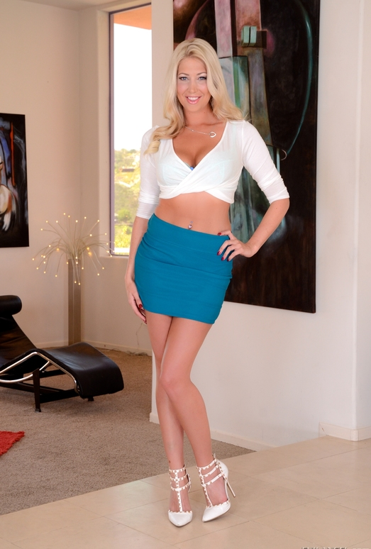 lexi-lowe-34dd-blonde-uk-milf-5641273-2731570502.jpg