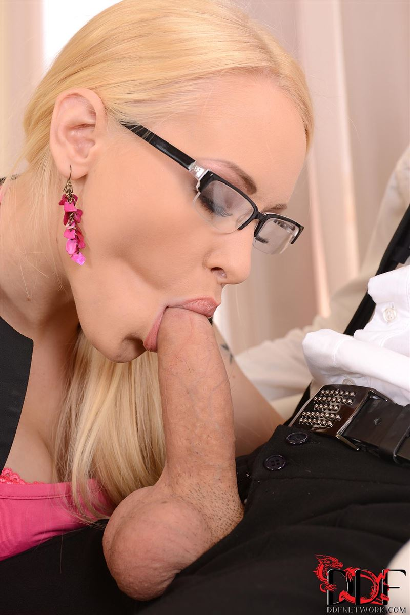 lola-taylor-takes-on-two-cocks-while-on-the-job-3.jpg